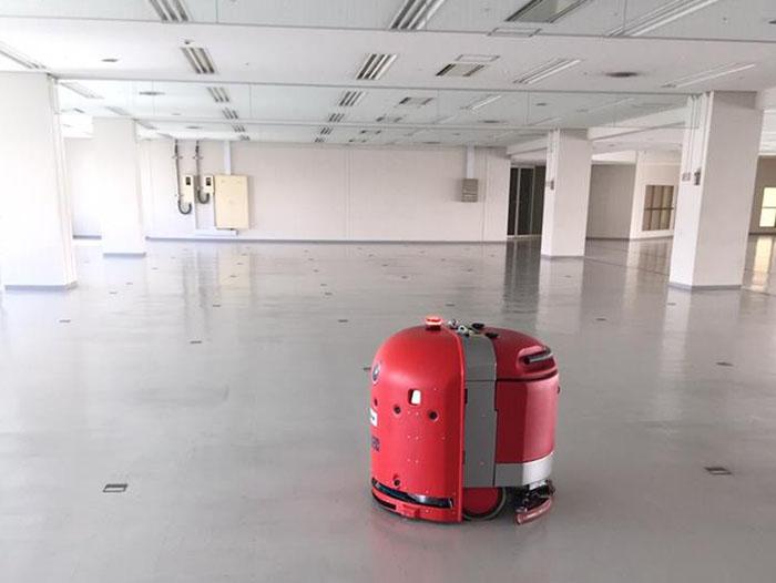 【実証実験インタビュー】清掃ロボットが人をよけ、商業施設をスイスイ!これが21世紀のお掃除だ!!